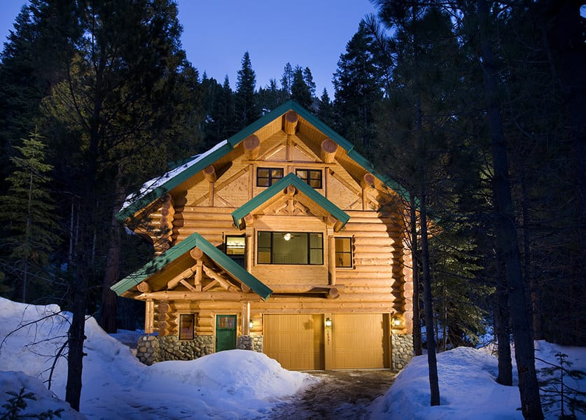 Log home from front at night